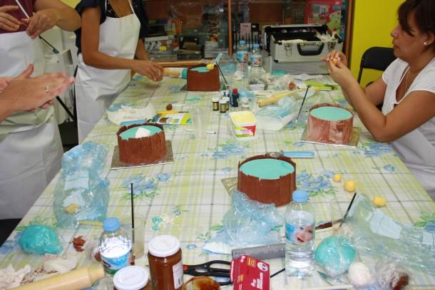 Coloreando, amasando y modelando el fondant para su primera tarta decorada