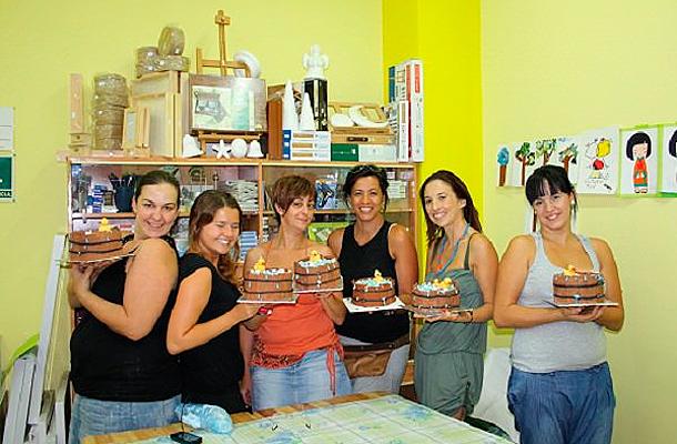 Miriam, Verónica, Lidia, Marycarmen y Mila entusiasmadas creando sus tartas