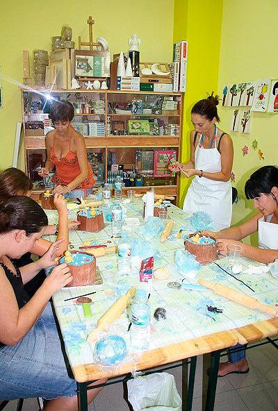 En pleno proceso de decoración de sus tartas