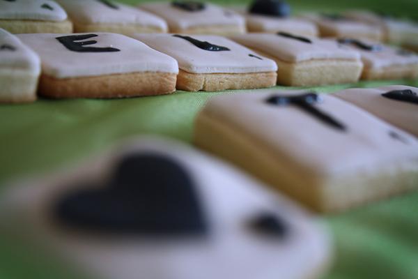 detalle de las galletas en forma de piezas de scrabble